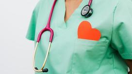 Кардиолог с рисунком сердца в кармане