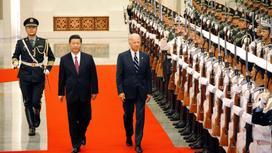 Си Цзиньпин и Джо Байден идут по красной дорожке