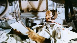 Майкл Коллинз во время обучения в корабле