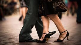 Мужчина и женщина танцуют вместе