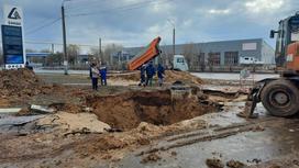 Асфальт провалился в Уральске