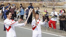 Спортсмены передают олимпийский факел