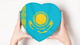 Флаг Казахстана в форме сердца в руках девушки