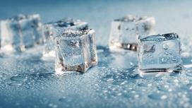 Вода и кубики льда