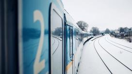 Поезд движется по железной дороге
