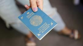 Женщина держит паспорт