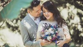 жених обнимает невесту