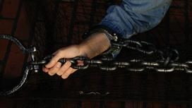 Мужчину приковали цепью