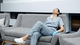 Врач отдыхает на диване