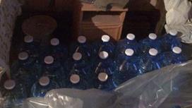 пластиковые емкости стоят в гараже