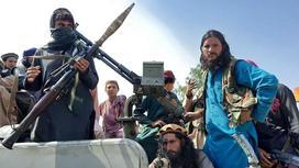 """Боевики """"Талибана"""" сидят на автомобиле"""