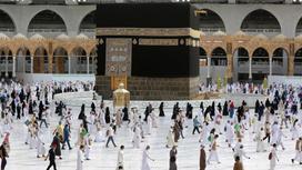 Мусульмане собираются в храме для проведения хаджа