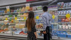 мужчина и женщина стоят в магазине