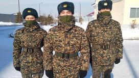 Трое военнослужащих стоят на улице