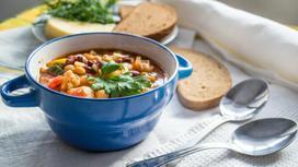 Тарелка с супом стоит на столе
