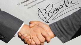 Подпись договора и рукопожатие