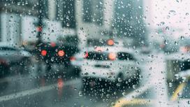капли дождя на лобовом стекле автомобиля