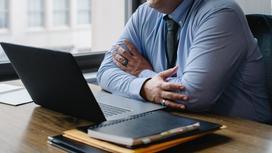 Мужчина сидит за ноутбуком