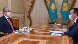 Касым-Жомарт Токаев и Маулен Ашимбаев сидят за столом