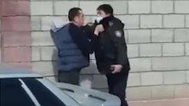 Водитель вцепился в полицейского в Шымкенте