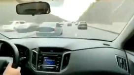 Автомобиль на огромной скорости мчится по дороге