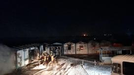 Пожарные тушат огонь в общежитии