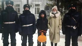 Три нацгвардейца стоят с двумя детьми на улице