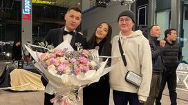 Шарип Серик и певица Say Mo стоят с букетом цветов