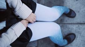 Девочка в школьной форме сидит на скамейке