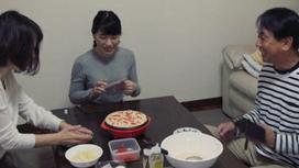 семья японцев за столом
