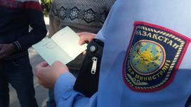 Полицейский проверяет документы
