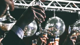 Вечеринка в клубе, люди подняли бокалы