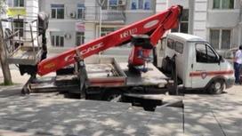 """Машина """"Службы спасения"""" провалилась под тротуарную плитку"""