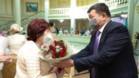 Мужчина поздравляет женщину с 8 Марта