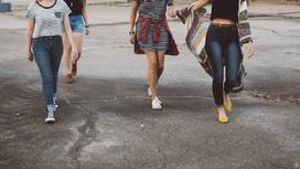 Девочки идут по улице