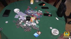 Игровые принадлежности и другие вещи лежат на зеленом суконном столе