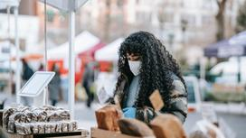 Девушка в маске на рынке