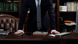 Адвокат стоит за столом