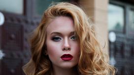 Рыжеволосая девушка с красивым макияжем