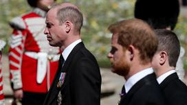 Принц Гарри и принц Уильям на похоронах дедушки
