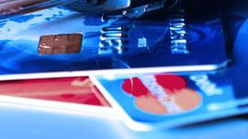 Кодовый замок лежит на банковских картах