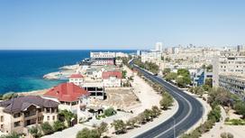 Дома расположены на берегу Каспийского моря
