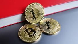 Несколько жетонов биткоина лежат на столе