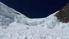Снег выпал в горах