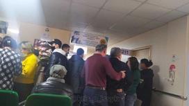 Толпа в больнице в Алматинской области