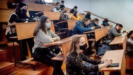 Студенты сидят в аудитории за партами