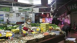 Торговка на рынке продает яйца