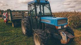 Трактор стоит в поле