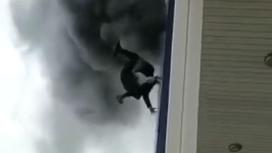 Девушка падает из окна горящего ТЦ