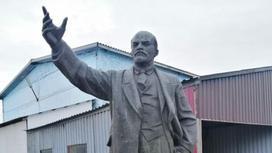 Памятник Ленину стоит на улице